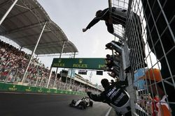 Sergio Perez, Sahara Force India F1 yarış sonunda üçüncülüğünü kutluyor