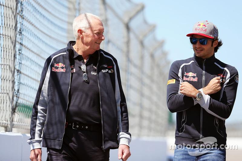 Carlos Sainz Jr., Scuderia Toro Rosso camina el circuito con John Booth, Scuderia Toro Rosso Director de carreras