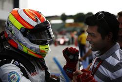 Arjun Maini, Jenzer Motorsport celebra con karun chandhok