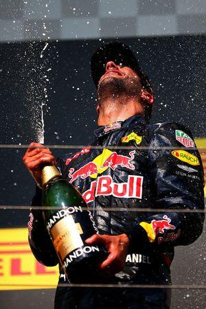 Podio: tercer lugar Daniel Ricciardo, Red Bull Racing celebra con champagne