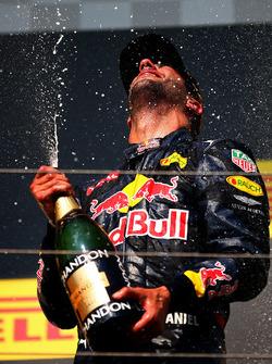 Podium : le troisième, Daniel Ricciardo, Red Bull Racing fête son podium au champagne