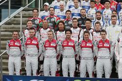 Audi Sport Team Joest-rijders bij de groepsfoto (L naar R): Benoit Treluyer; Andre Lotterer; Marcel