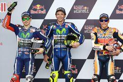 Ganador de la pole Valentino Rossi, Yamaha Factory Racing, segundo lugar Jorge Lorenzo, Yamaha Facto