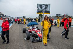 Nick Cassidy, Prema Powerteam Dallara F312 – Mercedes-Benz, Grid girl