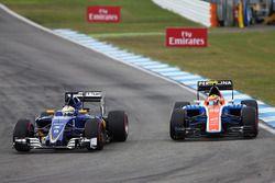 Zweikampf: Marcus Ericsson, Sauber C35; Rio Haryanto, Manor Racing MRT05