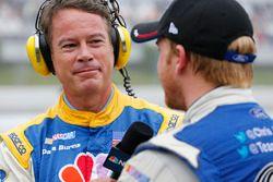 NBC sunucusu Dave Burns ve Chris Buescher, Front Row Motorsports Ford