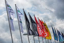 Vlaggen in de paddock