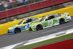 Paul Menard, Richard Childress Racing Chevrolet, et Carl Edwards, Joe Gibbs Racing Toyota