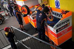 Repsol Honda Team, meccanico al lavoro