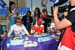 Felix Rosenqvist, Mahindra Racing, Nick Heidfeld, Mahindra Racing, firmano autografi ai fan