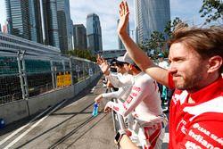 Nick Heidfeld, Mahindra Racing, saluta i fan durante la drivers parade