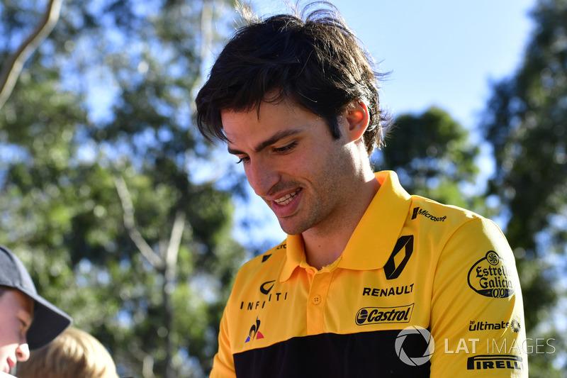 Carlos Sainz Jr., Renault Sport F1 Team firma autógrafos para fans
