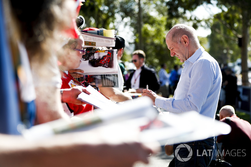 Adrian Newey, Chief Technical Officer, Red Bull Racing, firma un autografo