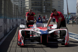 Les mécaniciens poussent la voiture de Nick Heidfeld, Mahindra Racing