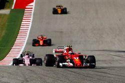 Кими Райкконен, Ferrari SF70H, Эстебан Окон, Sahara Force India F1 VJM10, и Фернандо Алонсо, McLaren