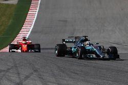 Lewis Hamilton, Mercedes-Benz F1 W08 devant Sebastian Vettel, Ferrari SF70H