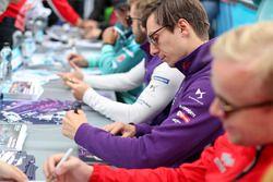 Alex Lynn, DS Virgin Racing, signs autographs