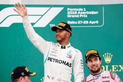 Le deuxième, Kimi Raikkonen, Ferrari, le vainqueur Lewis Hamilton, Mercedes AMG F1, et le troisième, Sergio Perez, Force India, sur le podium