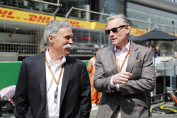 Chase Carey, presidente de Formula One, y Sean Bratches, director general de Operaciones Comerciales, Formula One Group