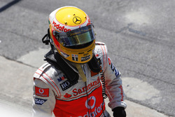 Lewis Hamilton, McLaren MP4-23 garaja dönüyor