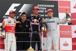 Podio: il secondo classificato Lewis Hamilton, McLaren, Peter Prodromou, Capo degli aerodinamici Red Bull Racing, il vincitore della gara Mark Webber, Red Bull Racing, il terzo classificato Nico Rosberg, Mercedes GP