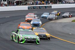 Kyle Busch, Joe Gibbs Racing, Toyota Camry Interstate Batteries ed Erik Jones, Joe Gibbs Racing, Toyota Camry DeWalt