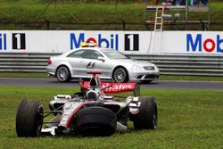 La monoposto di Kimi Raikkonen, McLaren Mercedes MP4/21, dopo il ritiro dalla gara