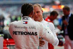 El ganador de la carrera Lewis Hamilton, Mercedes AMG F1 y Valtteri Bottas, Mercedes AMG F1, celebran en Parc Ferme