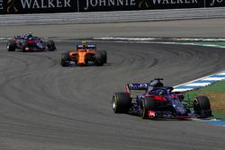 Brendon Hartley, Scuderia Toro Rosso STR13, Stoffel Vandoorne, McLaren MCL33 en Pierre Gasly, Scuderia Toro Rosso STR13