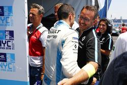 Sébastien Buemi, Renault e.Dams, celebra con el premio Pole Position después de la calificación