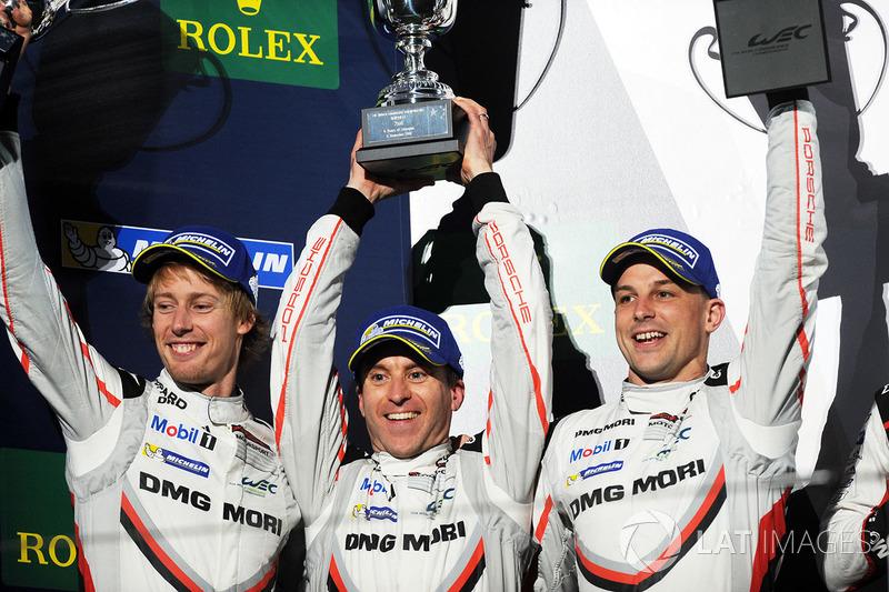 Podio: al secondo posto Timo Bernhard, Earl Bamber, Brendon Hartley, Porsche Team