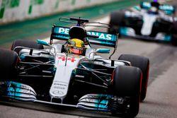 Lewis Hamilton, Mercedes AMG F1 W08, Valtteri Bottas, Mercedes AMG F1 W08, à la sortie des stands
