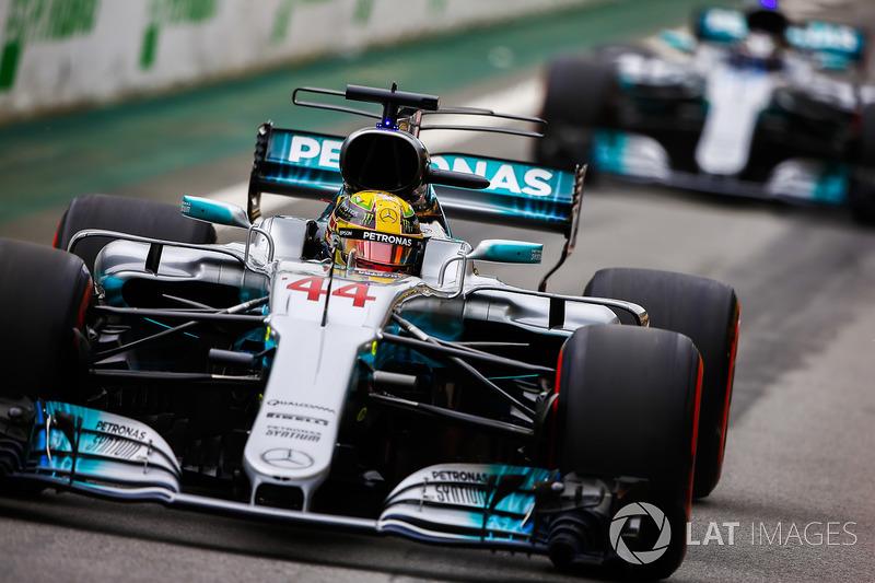 Lewis Hamilton, Mercedes AMG F1 W08, Valtteri Bottas, Mercedes AMG F1 W08, escono dai box alla partenza delle Qualifiche