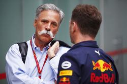 Chase Carey, Formule 1-voorzitter, in gesprek met Christian Horner, Teambaas Red Bull Racing