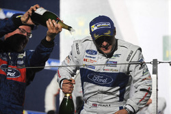 GTE Pro Podyum: Yarış galibi Andy Priaulx Ford Chip Ganassi Racing