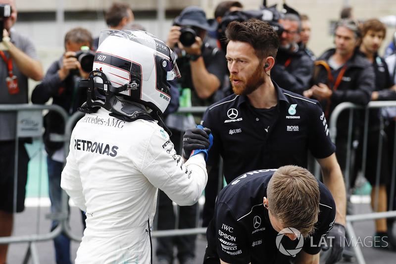 Ganador de la pole Valtteri Bottas, Mercedes AMG F1, celebra con su equipo