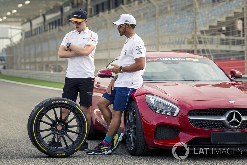 Lewis Hamilton, Mercedes-AMG F1 y Stoffel Vandoorne, McLaren con los coches de Pirelli Hot Laps