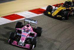 Серхио Перес, Sahara Force India F1 VJM11, и Карлос Сайнс, Renault Sport F1 Team RS18