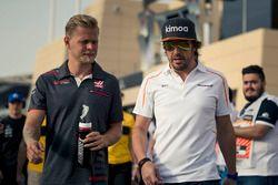 Kevin Magnussen, Haas F1 e Fernando Alonso, McLaren nella drivers parade