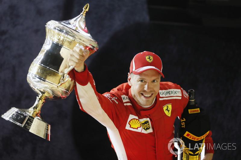 Sebastian Vettel, Ferrari, 1° classificato, festeggia con il suo trofeo