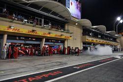 Il garage della Ferrari SF71H e del fumo