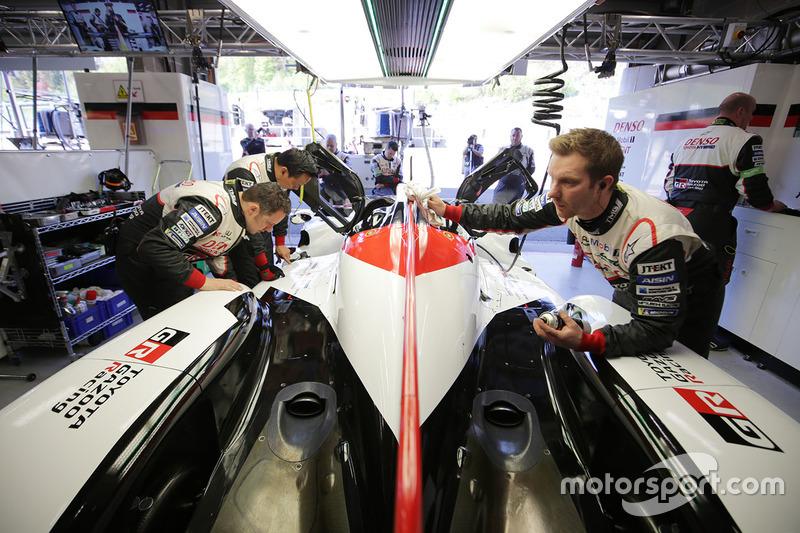 Механики Toyota Gazoo Racing за работой
