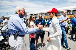 Lawrence Stroll souhaite bonne chance à son fils Lance Stroll, Williams Racing, sur la grille