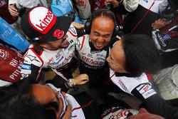 Фернандо Алонсо, Toyota Gazoo Racing святкує разом із командою