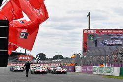 Los ganadores de las 24 Horas de Le Mans 2018 #8 Toyota Gazoo Racing Toyota TS050: Sébastien Buemi, Kazuki Nakajima, Fernando Alonso llegan a meta