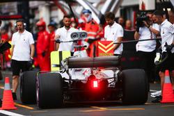 Lewis Hamilton, Mercedes AMG F1 W09, in de pits tijdens de kwalificatie