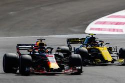 Daniel Ricciardo, Red Bull Racing RB14, battles with Carlos Sainz Jr., Renault Sport F1 Team R.S. 18