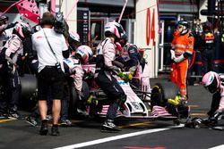 Sergio Perez, Force India VJM11, est poussé dans le garage et abandonne