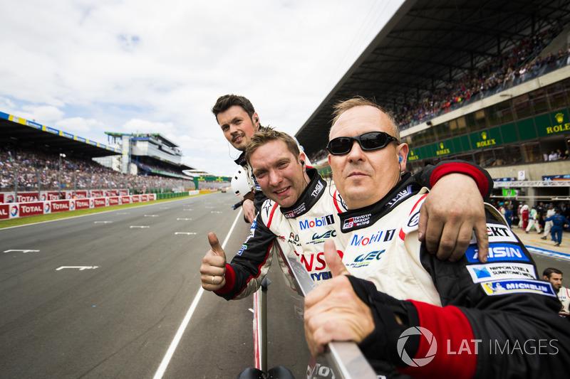 Meccanici Toyota Racing al muretto box