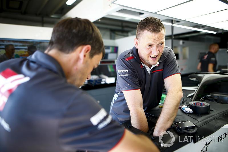 Des mécaniciens travaillent dans le garage Haas